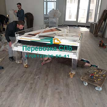 Перевозка с упаковкой рояля из прозрачного акрила