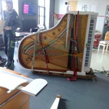 Перевозка белого рояля